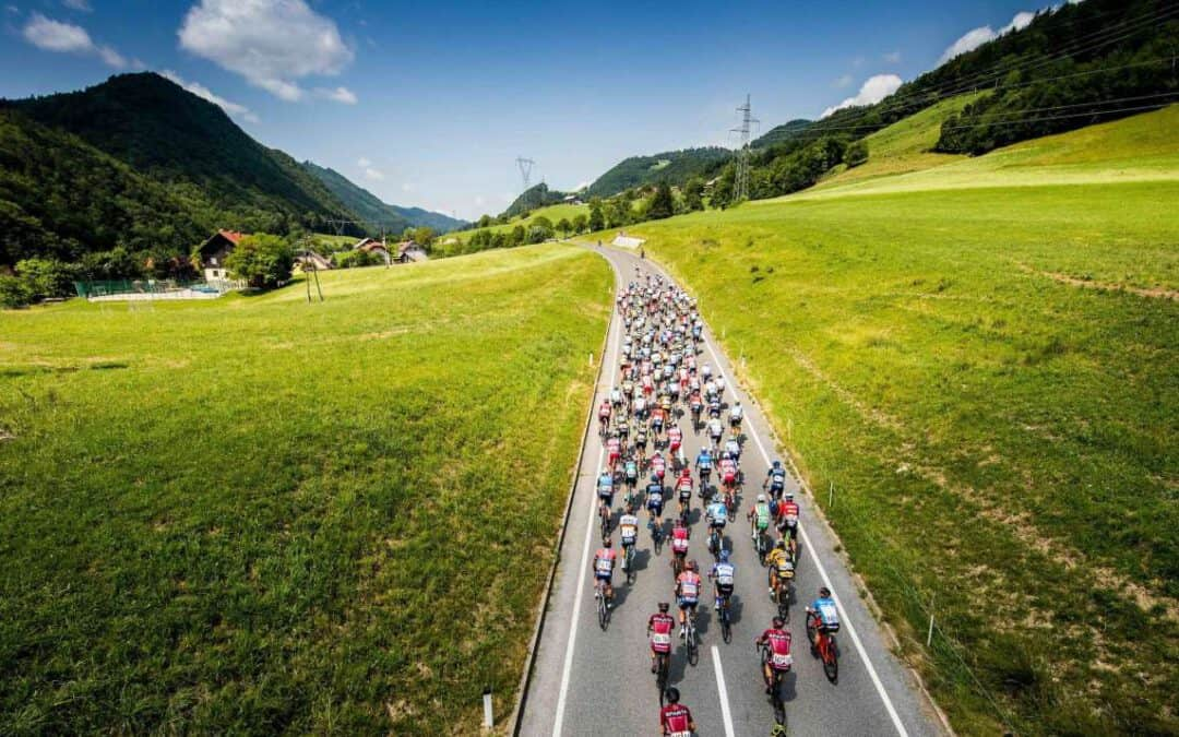 Tadej Pogačar in kolesarska druščina v nedeljo skozi Višnjo Goro in center Ivančne Gorice